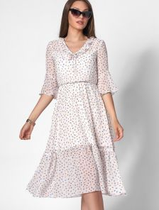 Летнее белое короткое платье с цветочным принтом и рюшами