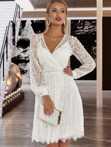 Белое нарядное кружевное платье миди длины на роспись
