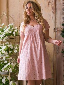Короткое розовое свободное платье из прошвы большого размера на лето