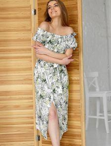Летнее оливковое короткое платье с цветочным принтом на пуговицах