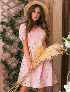 Короткое светлое свободное платье из прошвы с кружевом на лето