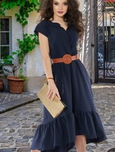 Короткое темное летнее асимметричное платье с оборкой на лето