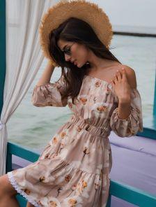Светлое летнее короткое платье с открытыми и оборкой
