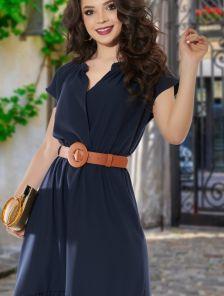 Короткое темное летнее асимметричное платье с оборкой