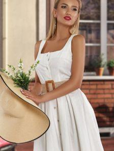 Короткое белое льняное платье на пуговицах и широких бретелях