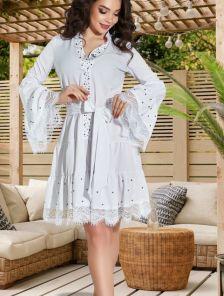 Белое нарядное платье с жемчугом и кружевными оборками