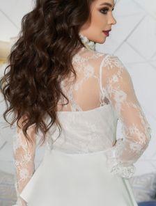 Белая блуза с кружевным рукавом и баской