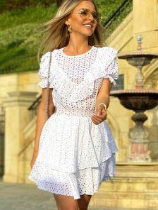 Белое приталенное короткое платье