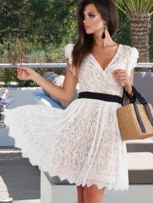 Белое кружевное платье с черным поясом