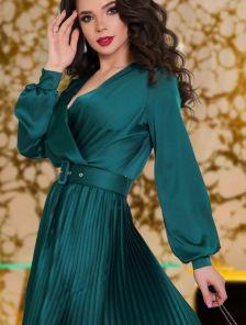 Нарядное короткое шелковое платье изумрудного цвета с юбкой плиссе
