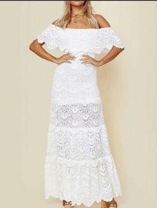 Белое длинное кружевное платье с воланом