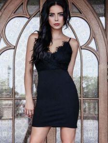 Кружевное короткое черное платье футляр с глубоким вырезом