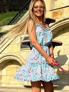 Короткое летнее платье сарафан с оборкою и цветочным принтом
