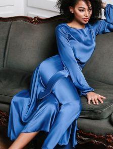 Шелковое платье миди с поясом и длинным рукавом в синем цвете