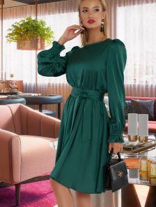 Короткое шелковое зеленое нарядное платье под пояс
