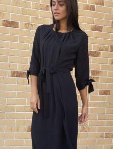 Черное платье прямого кроя с рукавом 3/4 под пояс