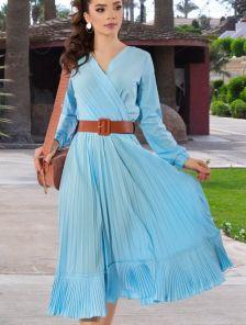 Легкое голубое платье миди длины с юбкой гофре