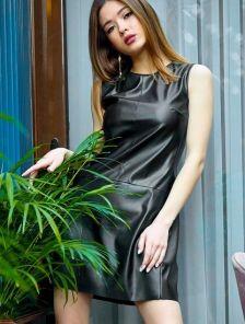 Кожаное черное короткое платье с карманами прямого кроя