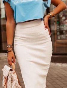 Узкая белая юбка длины миди с разрезом сзади