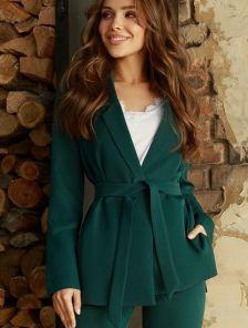 Строгий деловой зеленый брючный костюм-тройка на работу