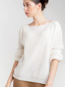 Женский теплый белый джемпер с горловиной