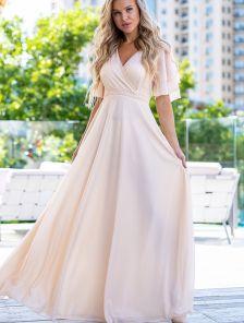Эффектное длинное блестящее платье с рукавом воланом в цвете пудра