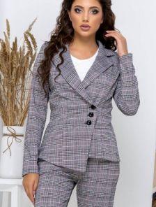 Повседневный брючный костюм в клетку с пиджаком ассиметрией c трикотажа
