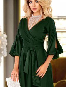 Нарядное короткое изумрудное шелковое платье на запах с вырезами на рукаве