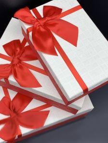 Бело-красная подарочная прямоуголная коробка с атласным бантом