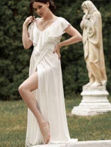 Белое шелковое вечернее платье в пол с разрезом и рюшами на роспись
