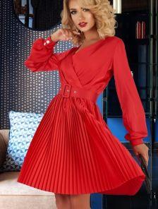 Нарядное короткое шелковое платье красного цвета с юбкой плиссе