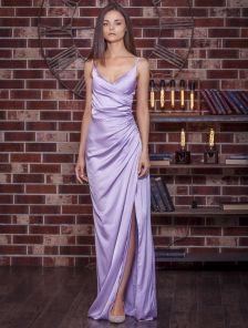 Вечернее атласное пудровое платье с декольте в лиловом цвете