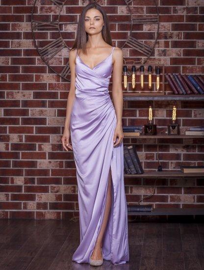 Вечернее атласное пудровое платье с декольте в лиловом цвете, фото 1