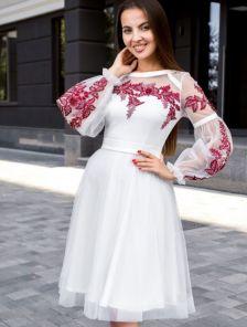 Короткое белое коктейльное платье с красивой вышивкой