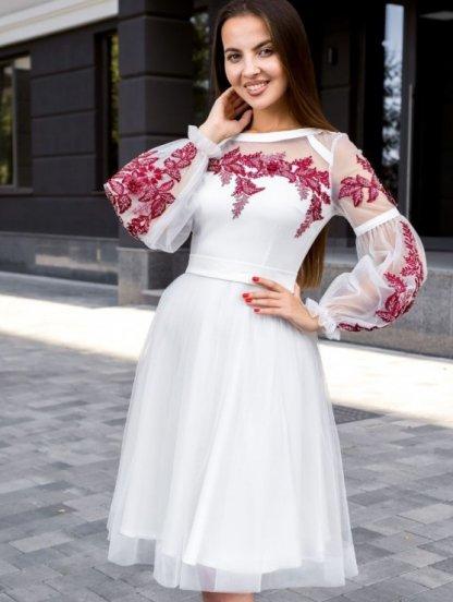 Короткое белое коктейльное платье с красивой вышивкой, фото 1