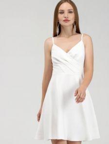 Белое короткое нарядное платье на тонких бретелях с вырезом на спине