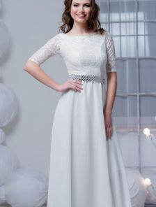 Длинное нарядное платье молочного цвета