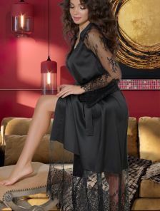 Длинный черный шелковый халат с кружевом