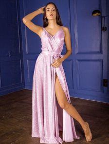 Длинное блестящее платье с красивым декольте на лето