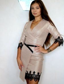 Нарядное короткое золотистое платье на запах с кружевом