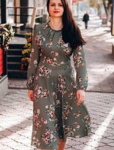 Нарядное зеленое легкое платье миди с цветами