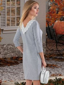 Короткое серое трикотажное платье с карманами и кружевом