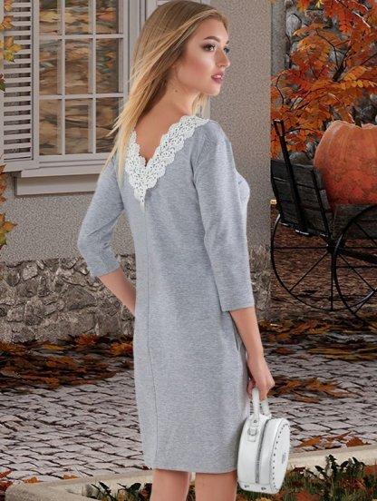 Короткое серое трикотажное платье с карманами и кружевом, фото 1