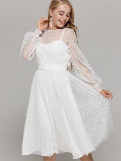 Белое нарядное платье миди на тонких бретелях и сеткой накидкой, фото 1