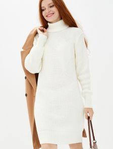 Белое короткое вязаное платье с горловиной на зиму