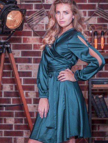 Нарядное короткое изумрудное шелковое платье на запах с вырезами на рукаве, фото 1