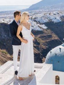 Длинное белое вечернее шелковое платье с разрезом