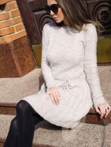 Вязаное теплое платье с плиссированной юбкой на длинный рукав
