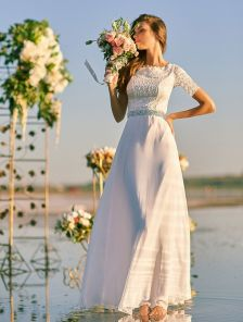Изысканное нарядное платье молочного цвета