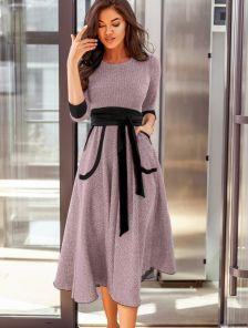 Пудровое теплое платье с карманами под пояс